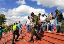 A la fuerza miembros de la Policía bajaban a los indígenas de la etnia Wayúu, quienes tenían tomado el centro cultural, impidiendo que se continuara con el escrutinio.