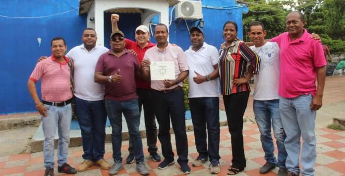 Amigos y simpatizantes del nuevo alcalde de Dibulla, quienes lo acompañaron a recibir la credencial.