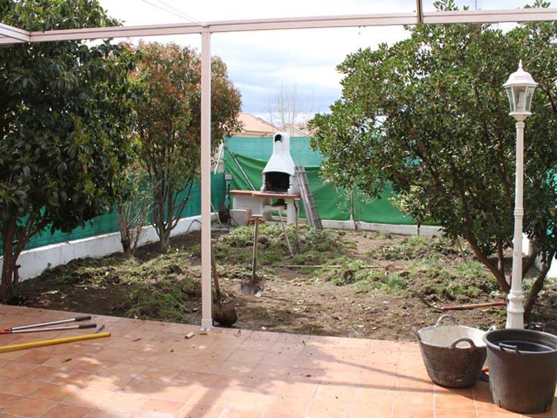 el jardn llevaba tiempo sin ningn tipo de cuidado los arbustos haban cogido demasiado porte y ocupaban casi todo el espacio del jardn