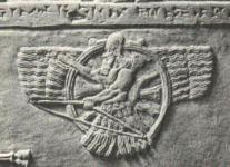 Dios Assur, representado en disco alado con un arco en las manos