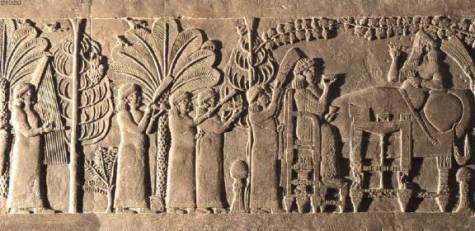 Asurbanipal, recostado en una litera, y su esposa Assur-sharrat celebran una fiesta en un jardín, asistidos por intendentes reales y tres músicos.