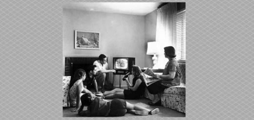 Familia viendo televisión antigua