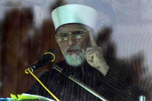 Tahir ul Qadri addressing from his container in Islamabd