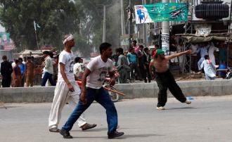 PTI workers throwing stones on PML-N workers