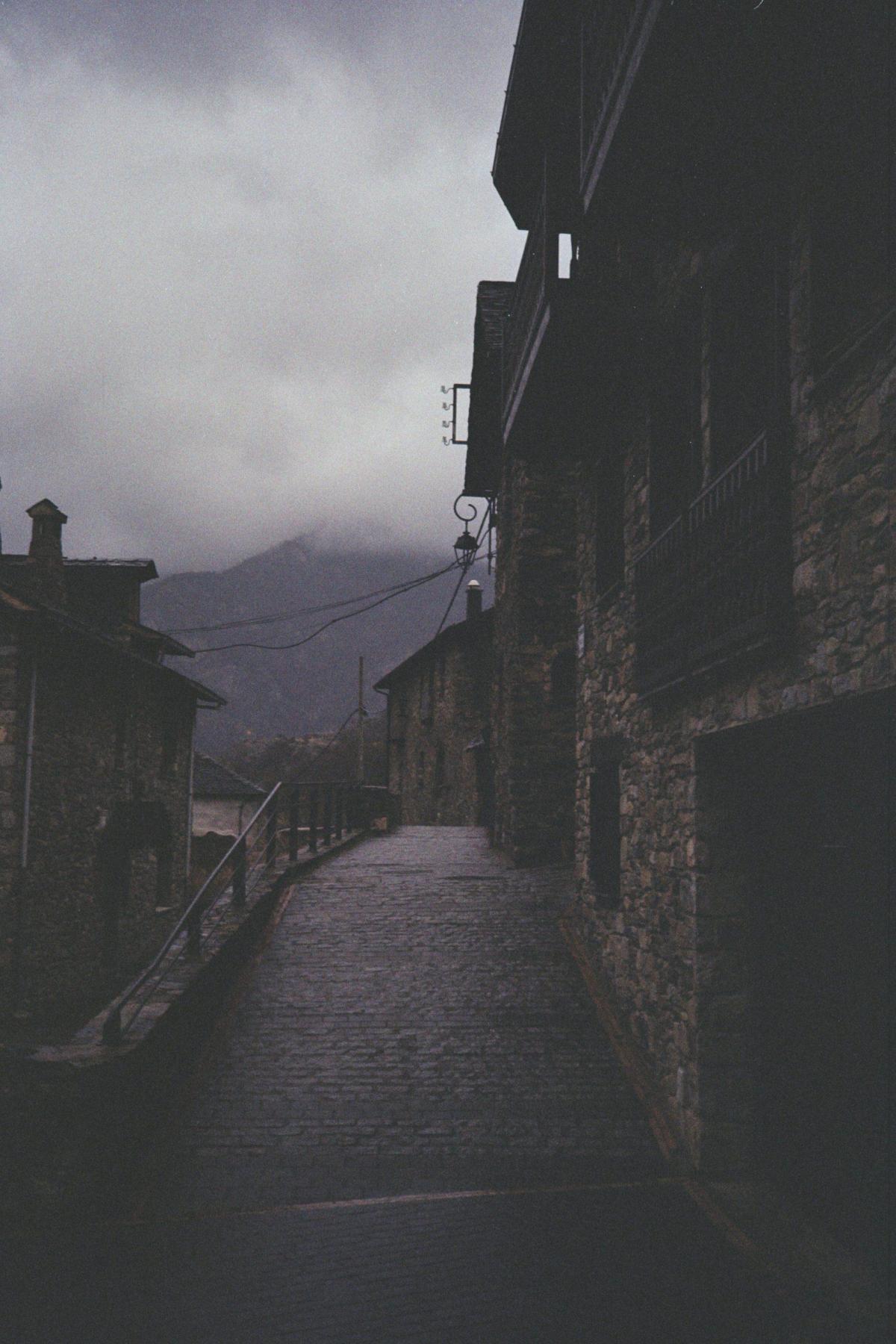 foto calle velayos niebla pueblo rural