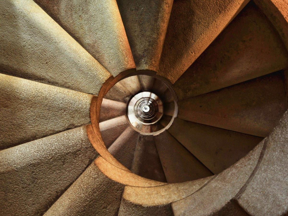 foto escalera piedrra espiral 24/7