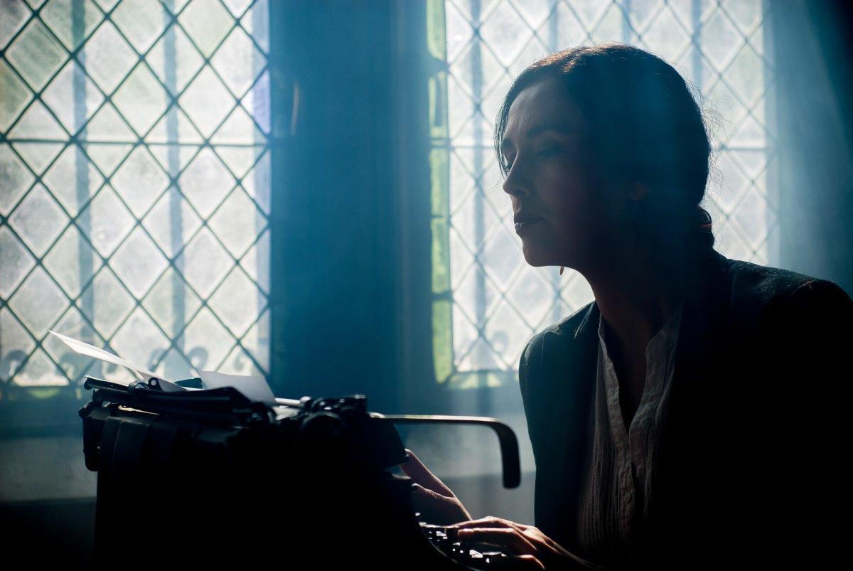 acento mujer escribir a maquina