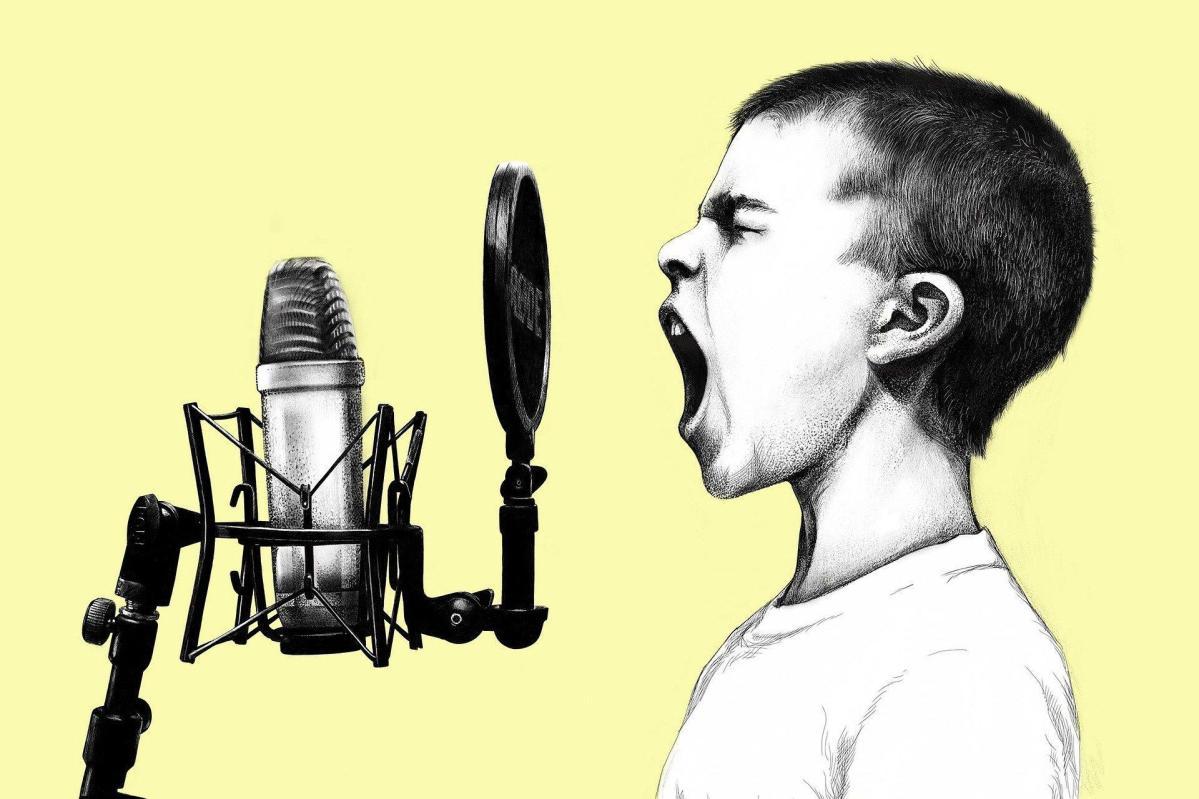 gritar niño microfono