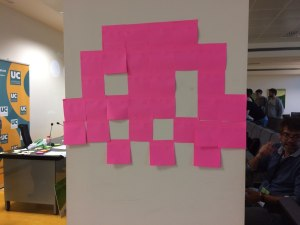 Space Invader hecho con post-its.