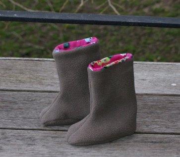 Bottes chaussons par Laissons Lucie Faire (patron gratuit sur Petit Citron).