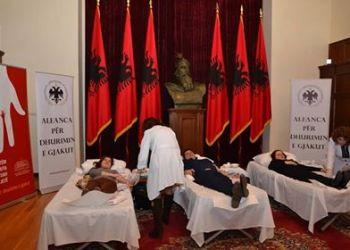 FOTO/ Presidenca dhuron gjak në shenjë solidariteti njerëzor
