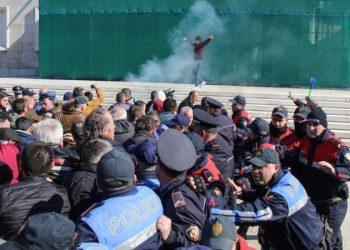 Protesta/ Prokuroria kërkon burg për 14 të arrestuarit