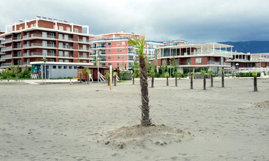 """Tentuan të ndërtonin """"beach-bar"""" pa leje në Velipojë"""