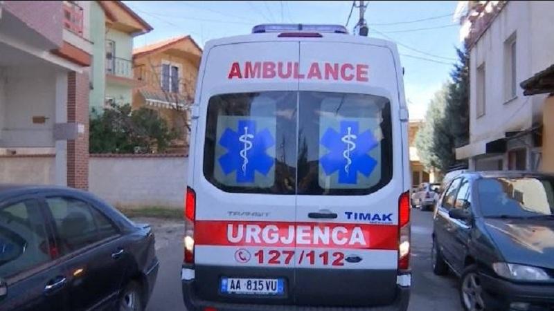 Tiranë/ Shoferi i autobusit humb kontrollin dhe përplaset me pemën