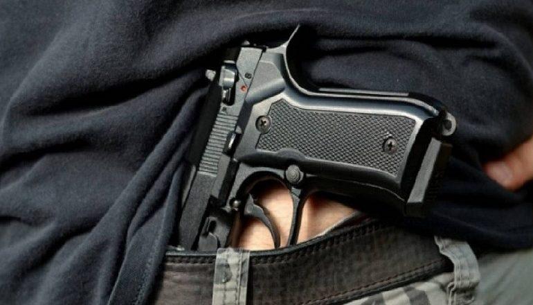 Plagosi me armë zjarri një person