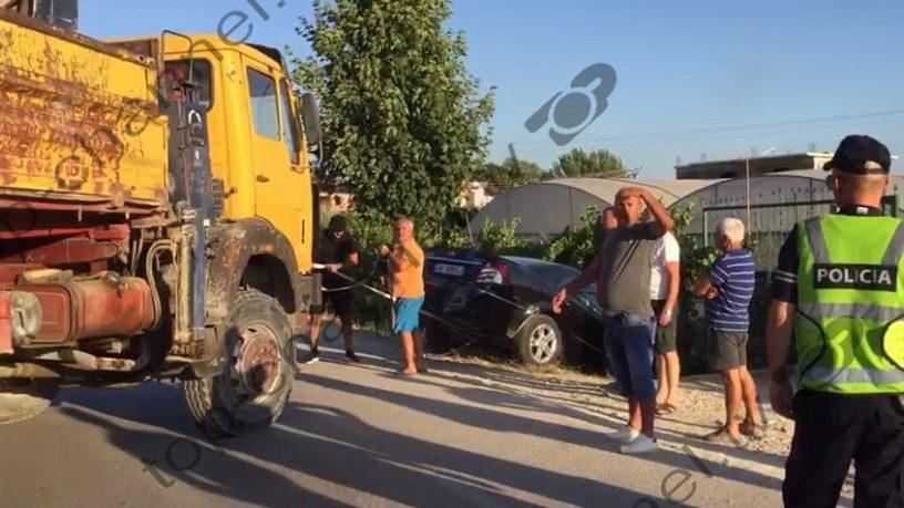Dy makina përfshihen në aksident/ Si u përplas Benz-i në derën e shtëpisë