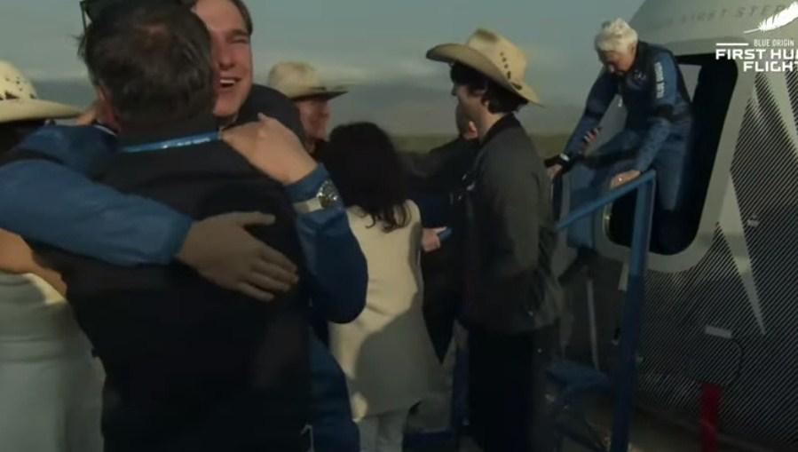 """""""Touchdown""""/ Bezos dhe ekipi mbërrijnë në tokë me sukses pas udhëtimit 10 minuta në hapësirë"""