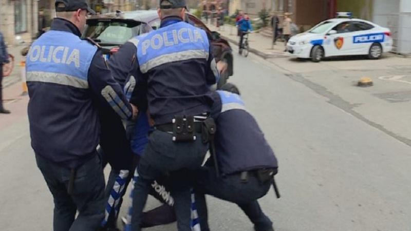 Tiranë/ 42-vjeçari në kërkim ndërkombëtar bie në prangat e Policisë