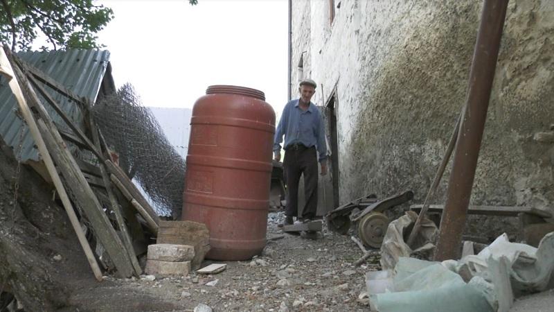 Një jetë me bletët/ 80 vjeçari në Bulqizë që nuk është shkëputur asnjë ditë nga pasioni