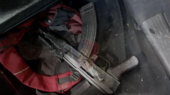 Shkodër/ Arrestohet 19-vjeçari që qarkullonte me kallashnikov në makinë