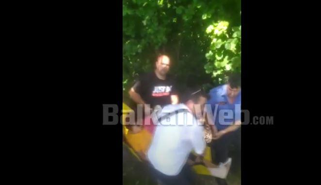 Video/ Turistja rrëzohet duke eksploruar fshatrat e Fushë Arrëzit