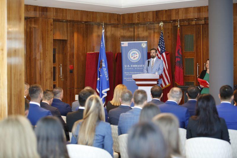 """""""Ditët e pandëshkueshmërisë mbaruan!"""" Mesazhi i zv/ambasadorit amerikan para 27 hetuesve të rinj të Byrosë Kombëtare të Hetimit"""