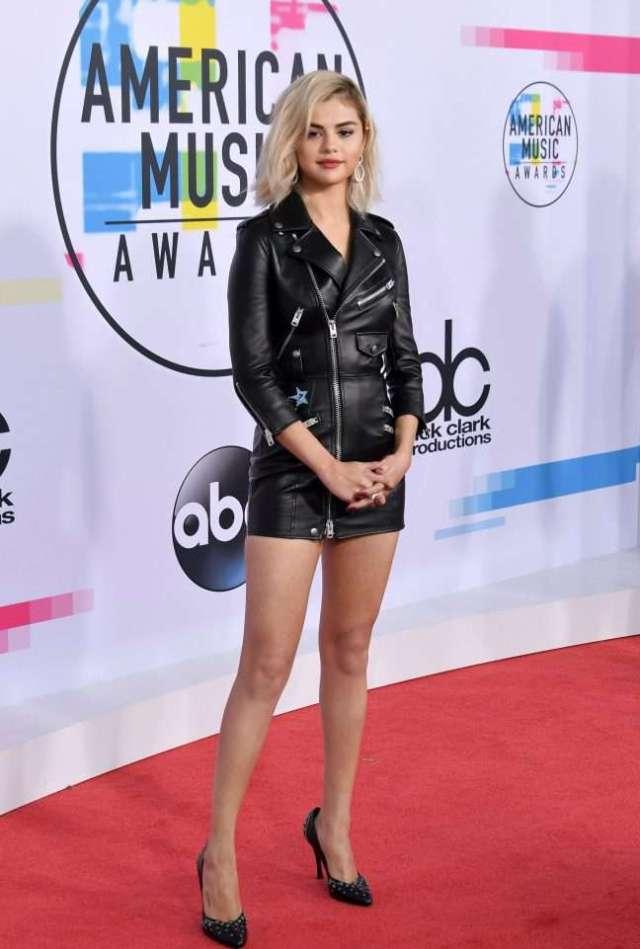 """Të famshmit në tapetin e kuq të """"American Music Awards"""""""