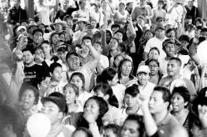 Manifestación en Tixtla para apoyar la aparición con vida de los 43 jóvenes normalistas ■ Foto Reuters