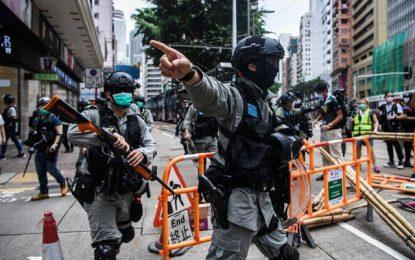 Policías antidisturbios recogen los escombros tras la protesta prodemocracia en Hong Kong, en imagen de ayer. Foto: Afp