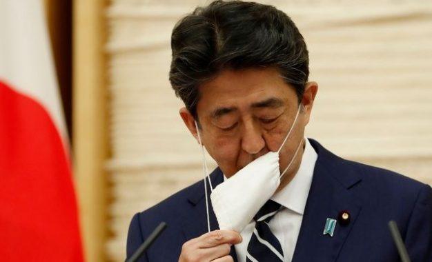 El primer ministro japonés Shinzo Abe se quita el cubrebocas durante una conferencia de prensa este lunes en Tokio. Foto: Afp