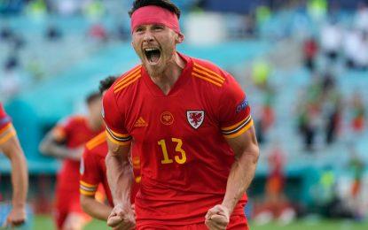 El jugador de Gales, Kieffer Moore, celebra su gol ante la selección de Suiza. Foto Afp