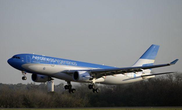 Un avión de Aerolíneas Argentinas en el aeropuerto internacional de Ezeiza en la provincia de Buenos Aires, Argentina. Foto: Afp