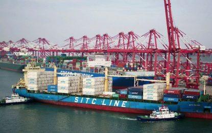 Barco con contenedores en Qingdao, provincia de Shandon, China. Foto Chinatopix vía Ap / Archivo