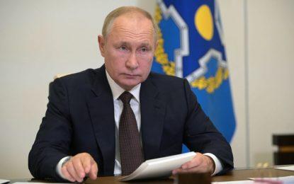El presidente ruso Vladimir Putin durante una reunión a distancia sobre seguridad, a las afueras de Moscú, este jueves. Foto Ap