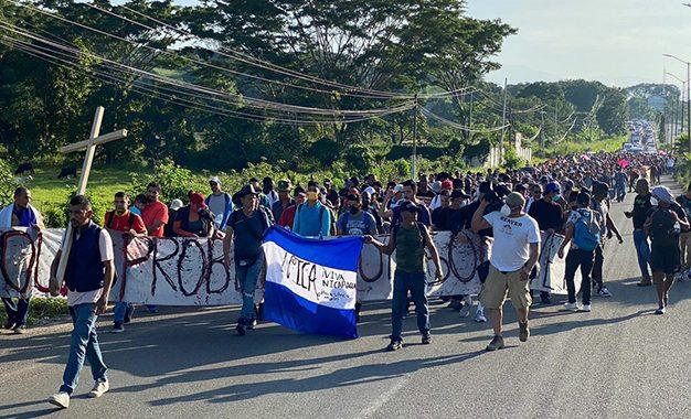 Encabezados por Irineo Mújica, director de Pueblos sin Fronteras, y Luis García Villagrán, del Centro de Dignificación Humana, más de 2 mil migrantes centroamericanos, principalmente, partieron en carava de Tapachula a la Ciudad de México. Foto 'La Jornada'