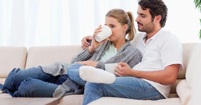 independants-couple-divan
