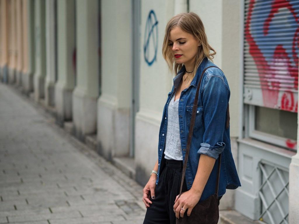 schwarze Jogginghose, jeanshemd, leinenshirt, converse, braune tasche, streetlook. fashionblogger, lakatyfox