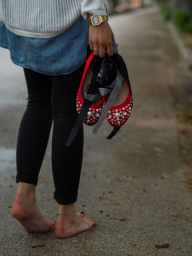 Rote Ballerinas, Ripped Jeans, Jeanskleid,