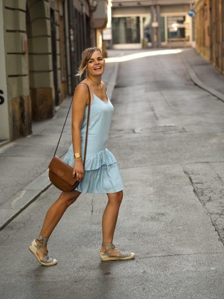 Sommerkleid, Hellblaues Kleid, Espadrilles, Streetlook, Sommerlook, lakatyfox. Fashionblogger