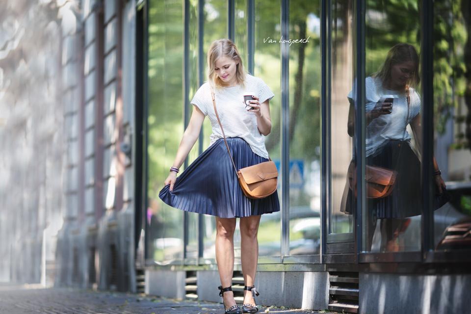 Plisseerock_Fashionblogger_streetstyle_Streifen_T-shirt_braune Tasche_Schwarze Ballerinas