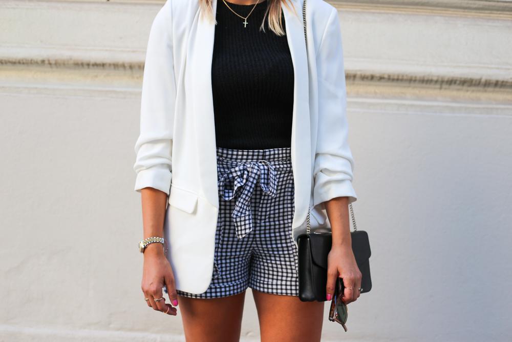 Black and white look, weißer blazer, business look, karierte short, converse, furla tasche, blond, streetstyle, sommerlook, fashion, fashionblogger