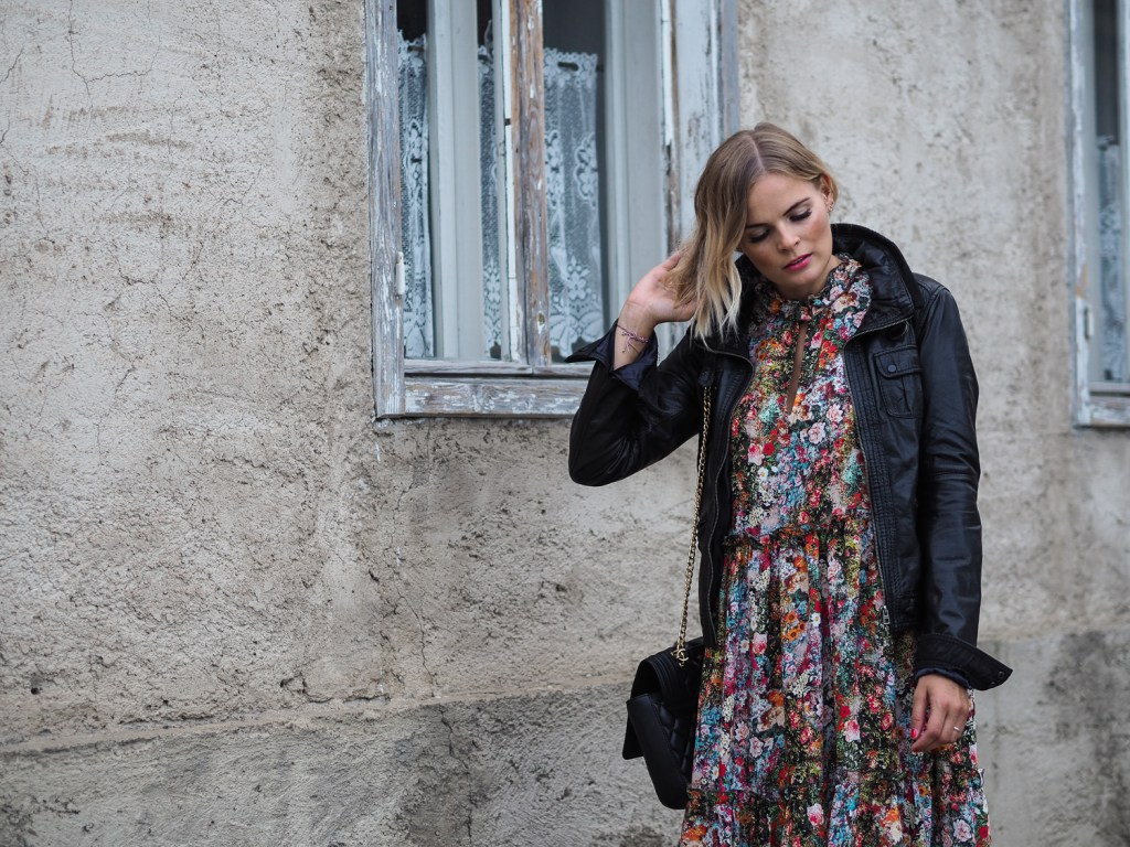 Blumenkleid-HM-Streetstyle-Herbstlook-Outfit-Fashion-Fashionblogger-Blogger-Boots-Lederjacke-Blond-Flowerprint-Flower-print-Langarmkleid-dress-lakatyfox