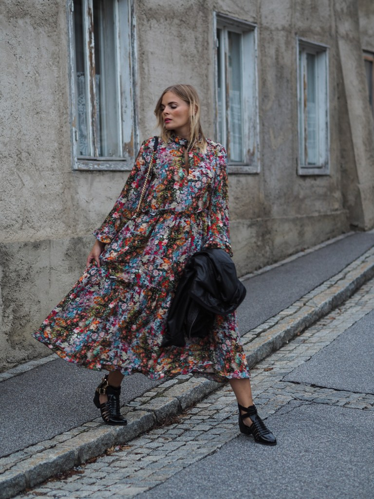 Blumenkleid. HM, streetstyle, Herbstlook, Outfit, Fashion, Fashionblogger, Blogger, Boots, Lederjacke, Blond, Flowerprint, Flower, dress, langarmkleid, lakatyfox