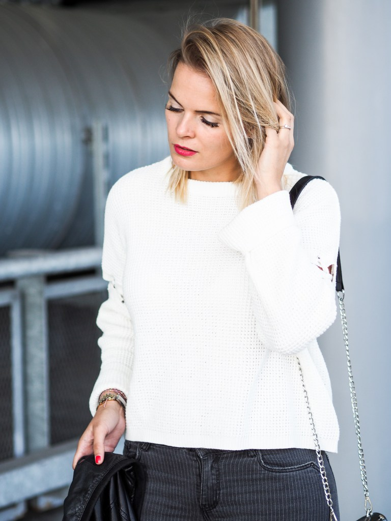 Converse, weißer Strickpullover, Pullover, Lederjacke, Ripped Jeans, Blond, Fashionblogger, Blogger, Lakatyfox