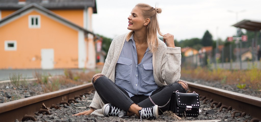 Outfit – Long Cardigan, Streifenbluse und Skinny Jeans