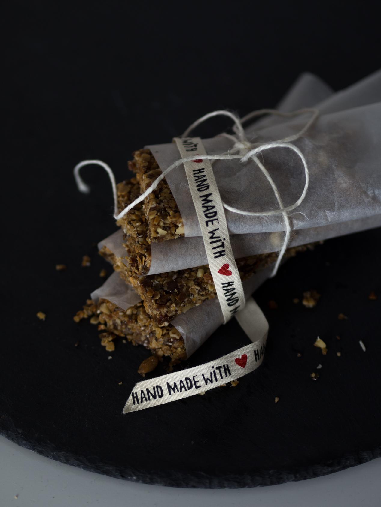Raw Bars, Rezept, Vegan, Datteln, Nüsse, Haferflocken, Selbstgemacht, Energieriegel, ohne Zucker, Eiweis, www.lakatyfox.com