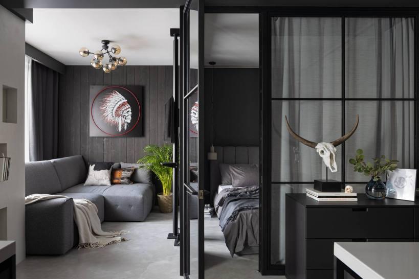 Молодой человек в уютной мини-квартире-лофте 37м2 в индустриальном стиле с природными элементами