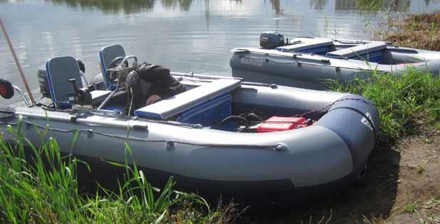 Deux bateaux PVC sur le rivage