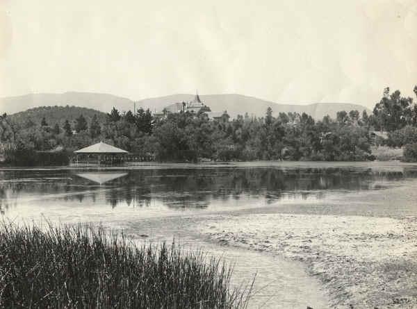 The Lakeside Boathouse -1910s - Lindo Lake
