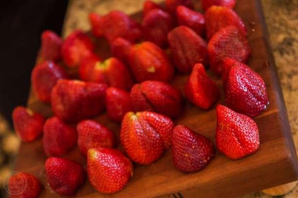 strawberries getting ready for schaum torte